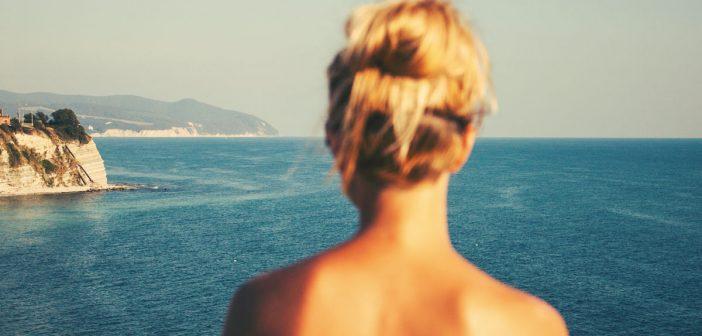 Blonde Frau mit schönem Rücken