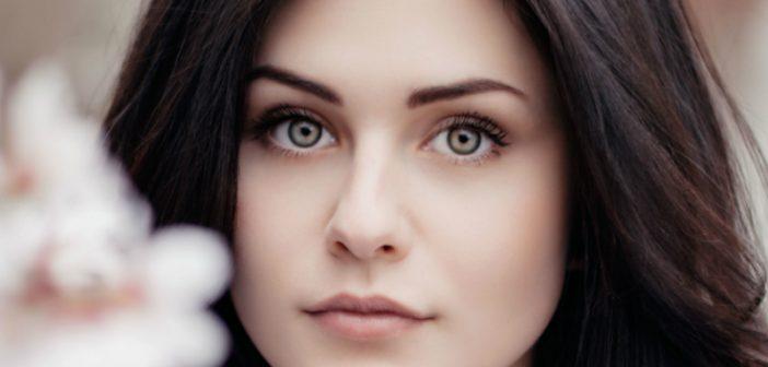 Hübsche Frau - keine Falten im Gesicht